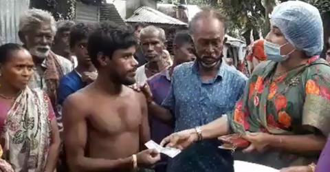 সুনামগঞ্জের মধ্যনগরের নগদ অর্থ প্রদানে শামীমা শাহরিয়ার এমপি